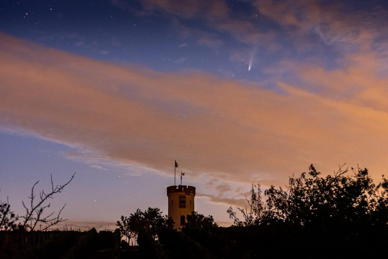Komet Neowise über dem Wartturm in Nierstein. (Foto: Andreas Lerg)