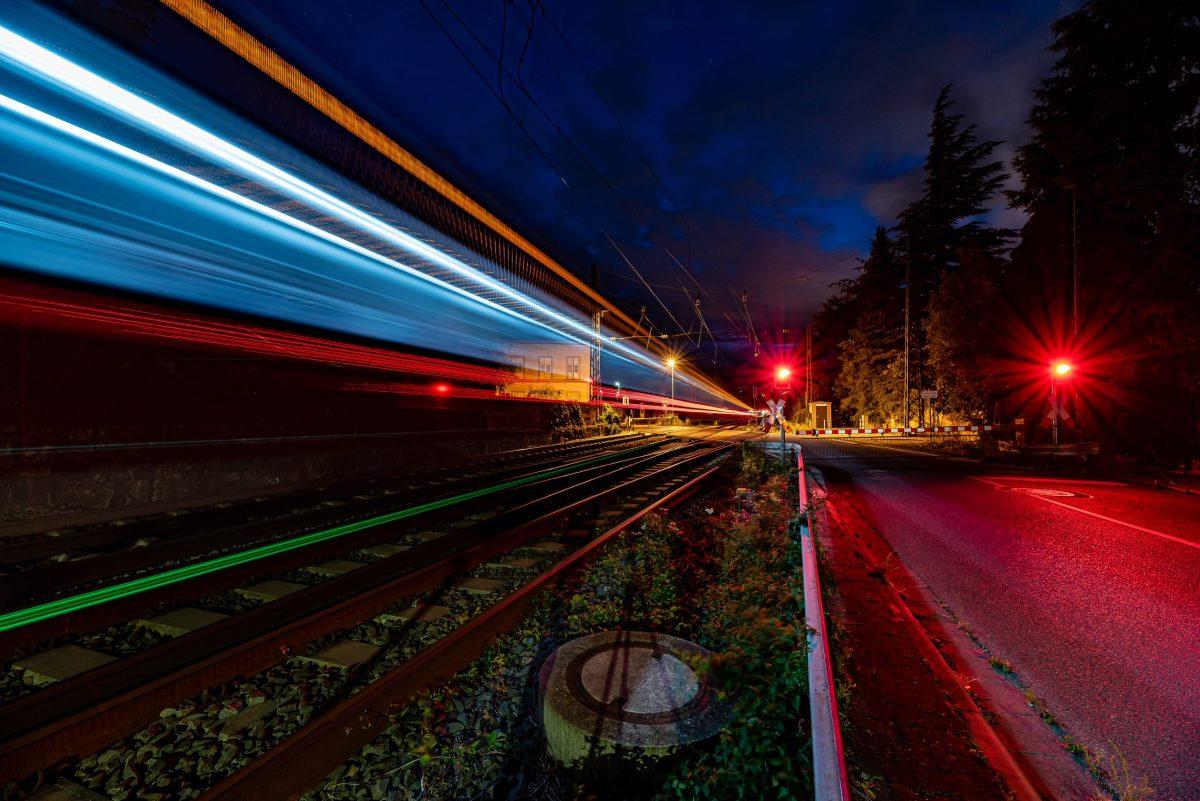 Zugdurchfahrt am Bahnübergang Nierstein. (Foto: Andreas Lerg)