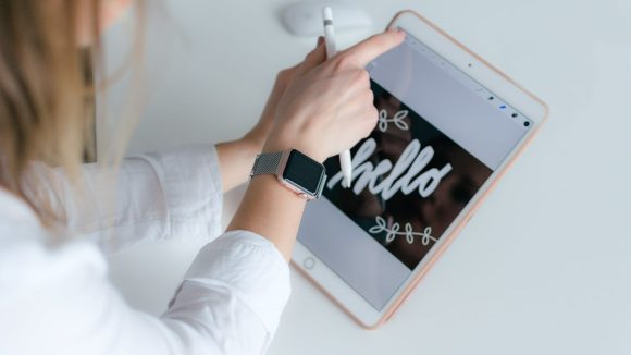 Apple pencil nicht erkannt woman with applewatch holding gold ipad and apple pencil