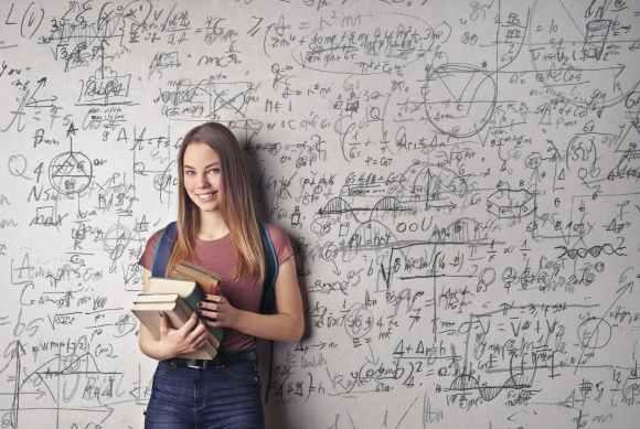 zp 10 mathe tipps woman holding books