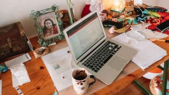 Für die Organisation am Arbeitsplatz ist  Schreibtisch organisieren und Ordnung sehr wichtig,