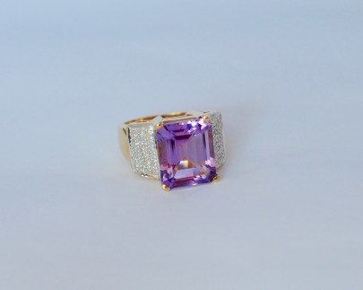 10ct. Amethyst Ring with sidestones