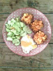 Recette d'Eva : salade concombre/tomate cerise/huile d'olive/germe de blé, oeuf au plat/ tartine de pain sans gluten/huile d'olive/tomate