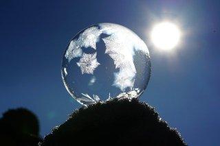 bulle de savon  avec des cristaux qui ressemblent à la terre