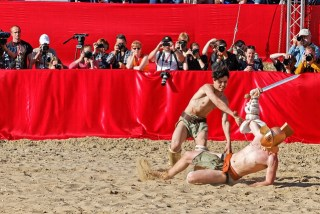 De faux gladiateurs font semblant de combattre