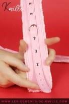 Présentation d'une paire de menottes élégantes de coloris rose, de Be Happy.