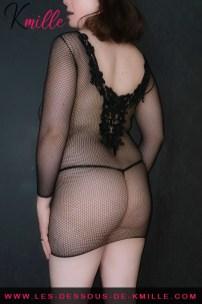 Présentation d'une robe extra courte en résille, de la marque Leg Avenue.