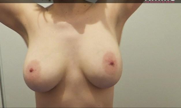 Joue avec mes gros seins