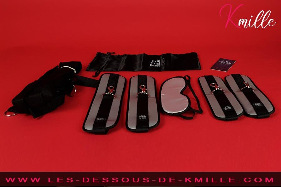 Kmille teste le kit de contrainte de Fifty Shades of Grey.