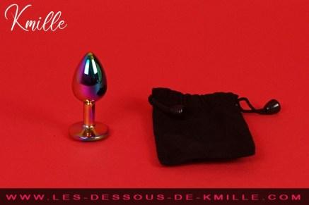 Kmille teste un bijou anal arc-en-ciel, de la boutique Plugezvous.