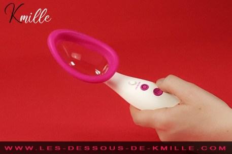 Kmille teste la pompe à vagin vibrante Pussy Pump, de Doc Johnson.