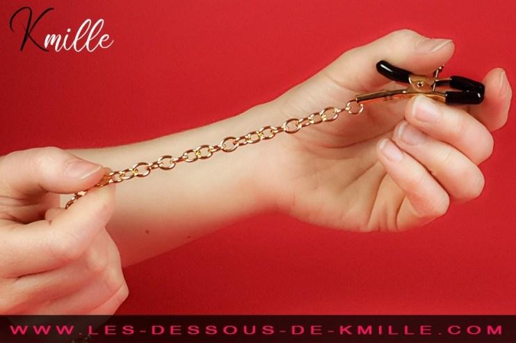 Kmille teste les pinces à tétons à vis Nipple Clamps Fetish Fantasy Gold, de Pipedream.