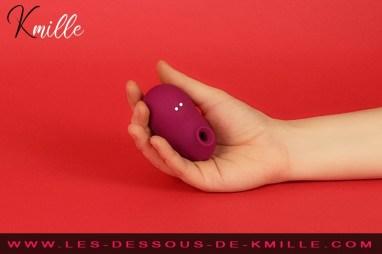 Kmille teste le stimulateur de clitoris sans contact Ritual Shushu.