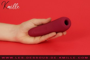 Kmille teste le stimulateur clitoridien connecté Curvy 1+, de Satisfyer.