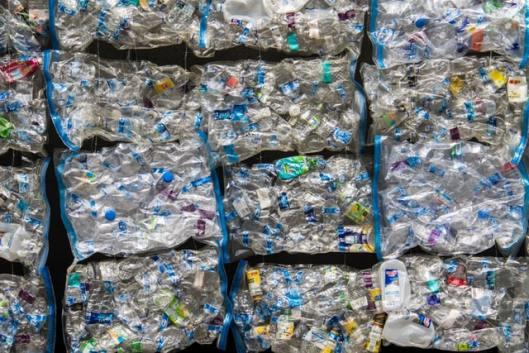 Mur de bouteilles plastiques