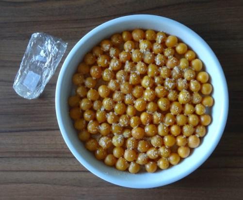 clafoutis mirabelles saupoudrées d'amandes et de sucre