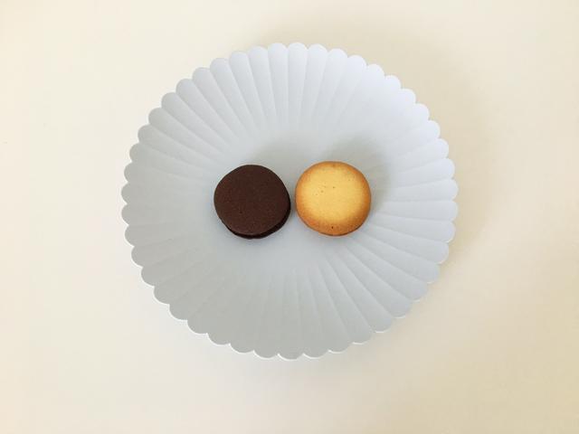 アンリ・シャルパンティエ,クレームビスキュイアソート,プレーンとチョコレートをお皿に出した状態,HENRI CHARPENTIER