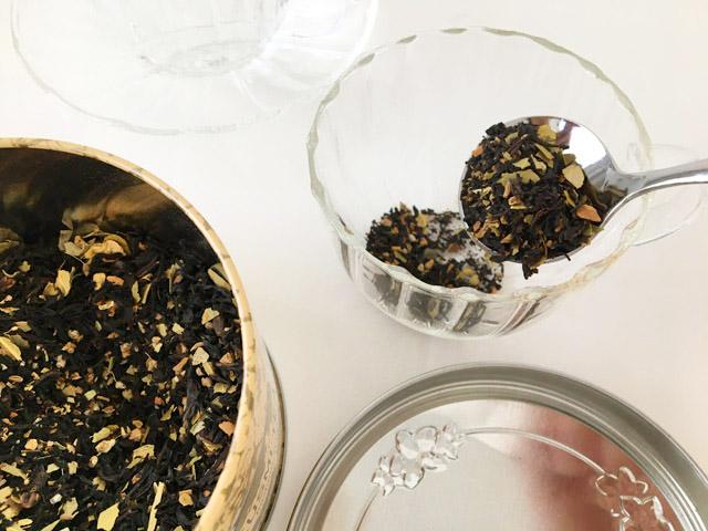 クスミティーのカシミールチャイのつくり方,茶葉をティーカップに入れている様子,KUSMI TEA,KASHMIR TCHAÏ,