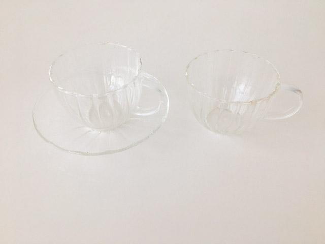 透明のティーカップが2つ並べられている,