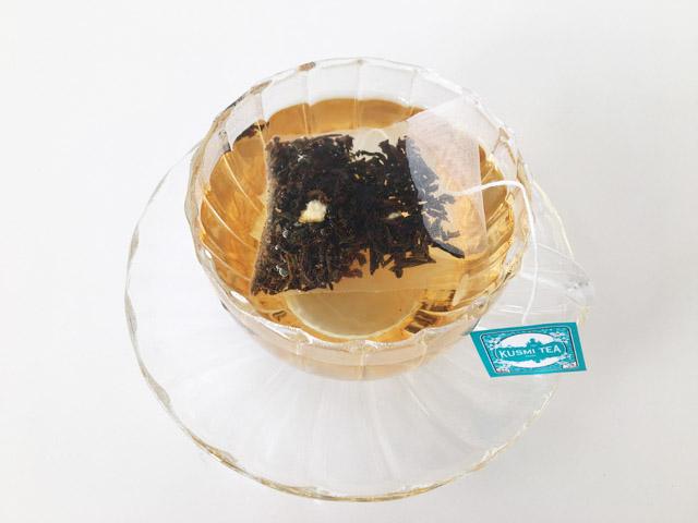 ティーカップでクスミティーのプリンス ウラディミルのティーバッグを淹れている様子,KUSMI TEA,PRINCE VLADIMIR,