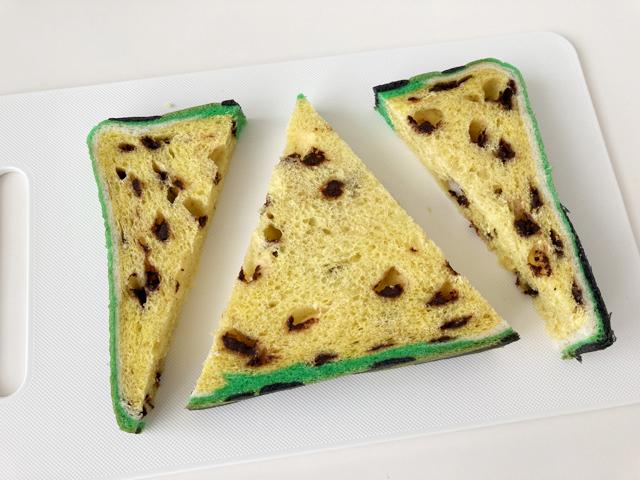 黄色のすいかパンを三角形にカットしている様子,スイカパン,ボローニャ,bologne,BO-LO'GNE,フラーズ,