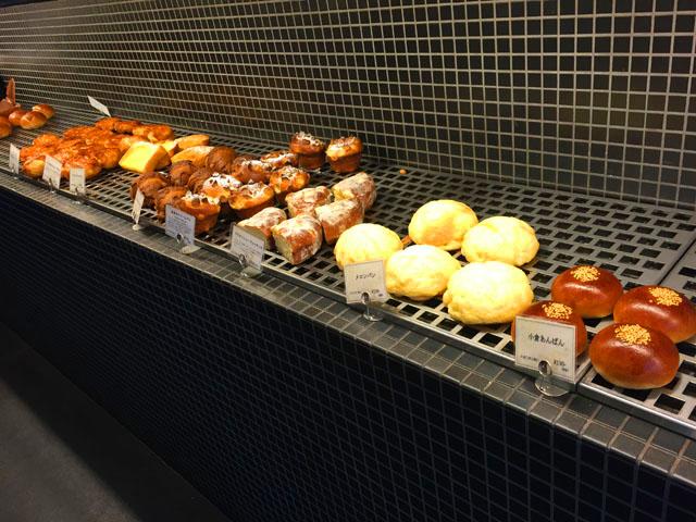 定番のパンが並べられている,ブーランジュリーアンドカフェグウ,