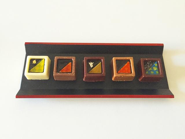 ショコラベルアメール京都別邸,瑞穂のしずく,国産茶のチョコレートが5つ並べられている