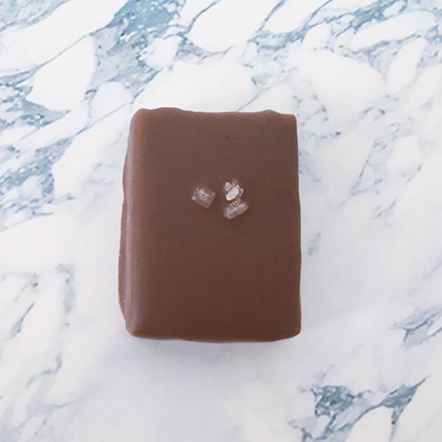 大理石の上にセントーの塩キャラメルのチョコレートが置かれている,セレクションBOX,4個入,セントー セレクション 4,バレンタイン, Centho,chocolate,Salted Caramel,Valentine,Bonbon de chocolat,