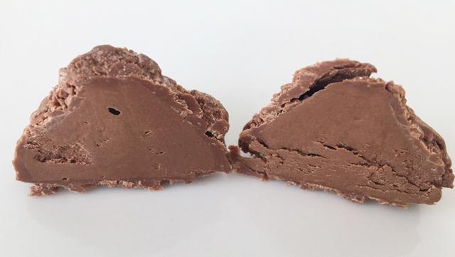 半分にカットしたデジレーのトリュフ,チョコレート,バレンタイン,ダスカジャパン クァウテモック, Désirée,chocolate,Truffe,Valentine,truffle,Bonbon de chocolat,