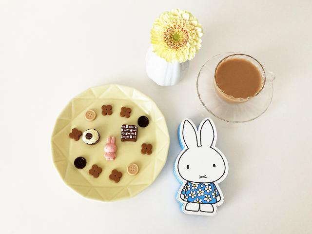 ミッフィーコフレのチョコレートでお茶をしている様子,チョコレートが並べられた黄色のお皿と紅茶と箱とお花,モロゾフ,ディックブルーナ,2021年のバレンタインチョコレート,ホワイトデー, ミッフィーの形をした箱に入ったチョコ,Dick Bruna,Morozoff,Miffy,Valentine,chocolate,