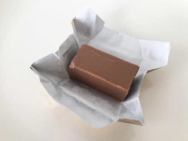 レオニダス,ジャンドゥージャの包みを開ける様子,ジャンドゥーヤ,ジャンドゥジャ,バレンタイン,チョコレート,ベルギーのチョコレート,Leonidas,Gianduja,gianduja,gianduia,Valentine,chocolate,Belgium,