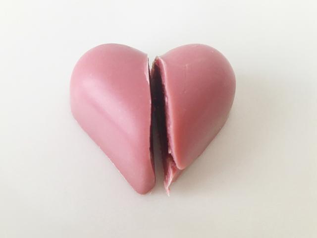 ピーターバイヤーのルビーハートを半分にカットした状態,ルビーコレクション,ルビーチョコレート, ボンボンショコラ,バレンタイン,チョコレート, PETER BEIER,RUBY HEART,RUBY COLLECTION,Valentine,chocolate,RUBY Chocolate,