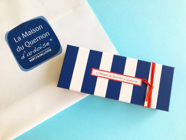 背景が水色でケルノン ダルドワーズの箱と袋,Quelnon d'ardoise,La maison du Quernon d'ardoise, ラ メゾン デュ ケルノン ダルドワーズ