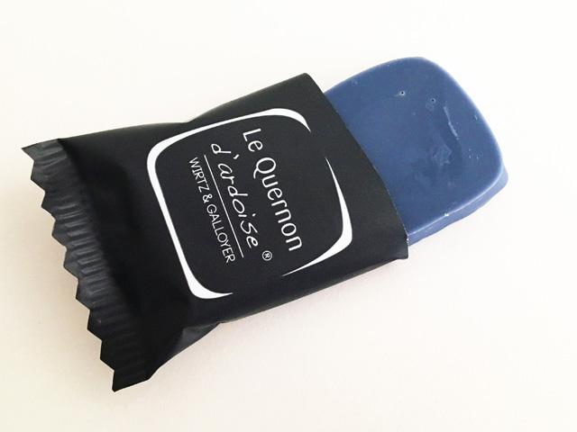 ケルノン・ダルドワーズの個包装を袋から開けた様子,Quelnon d'ardoise,La maison du Quernon d'ardoise, ラ メゾン デュ ケルノン ダルドワーズ