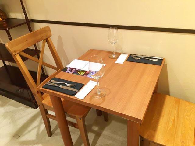 ラファリグール,La farigoule,テーブルの上にフォークとナイフが置かれている,フランスフェア2019,