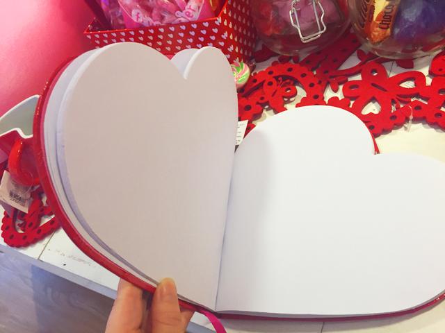 フライングターガー,バレンタイン,ハート型をした赤色のノート,