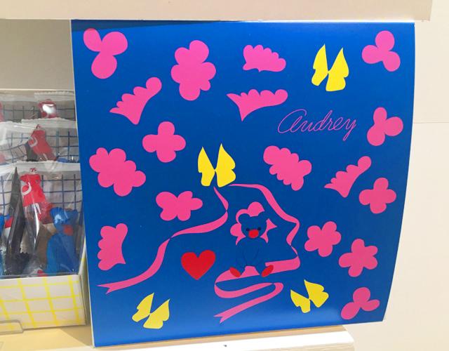 オードリー,グレイシア,チョコレート,ブルーの背景にピンクで雲や羽や、黄色のちょうちょが描かれている,阪急うめだ本店,バレンタインチョコレート博覧会2020,