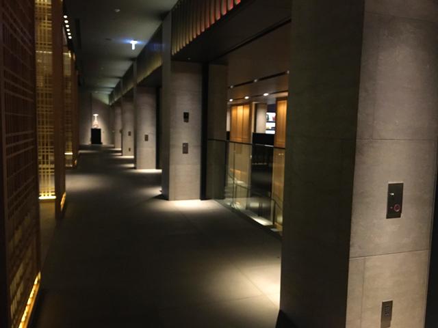 ザ・リッツ・カールトン京都,ロビーの通路,シックな雰囲気に間接照明で照らされた廊下,THE RITZ-CARLTON KYOTO,