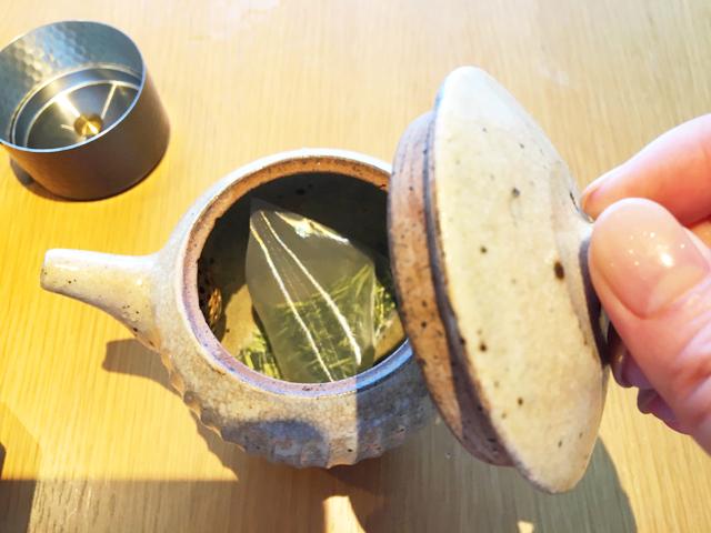 リッツ カールトン京都,急須に日本茶のティーバッグとお湯を入れてフタをしめている様子,THE RITZ-CARLTON KYOTO,