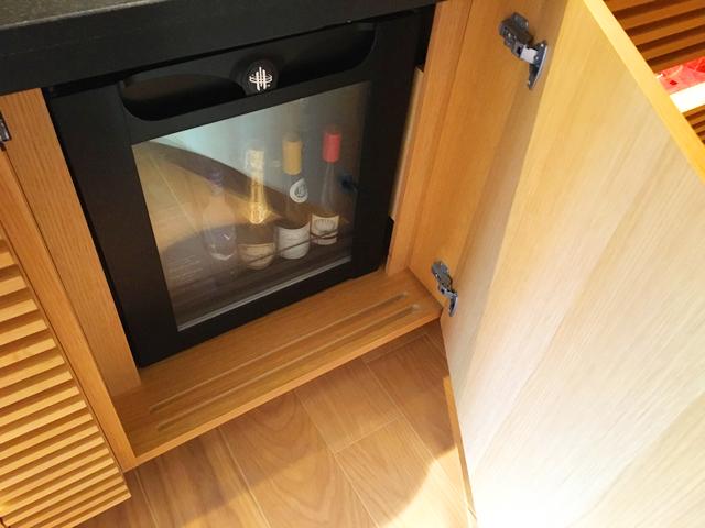 ザ・リッツ・カールトン京都,ミニバー,ワインサーバーのような棚にドリンクが入っている,THE RITZ-CARLTON KYOTO,