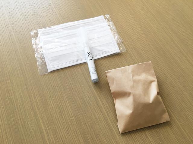 JWマリオット,奈良,部屋,おもてなし,マスクとペン型のアルコール消毒と茶色の包み紙,JW MARRIOTT NARA,