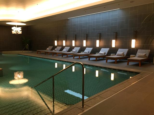 JWマリオット・ホテル奈良,SPA by JW,屋内プールのサイドに、プールサイドチェアが並んでいる様子,JW MARRIOTT NARA,