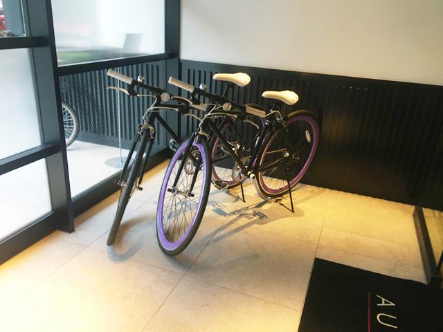 モクシー,福島,梅田,大阪,エントランスにある2台の自転車,Moxy Osaka Shin Umeda,Marriott International,