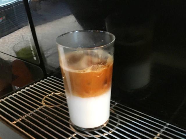 モクシー大阪新梅田,ロビー,カフェ&バー,朝食,ソフトドリンク飲み放題,コーヒーサーバーでアイスカフェラテをいれている様子,Moxy Osaka Shin Umeda,