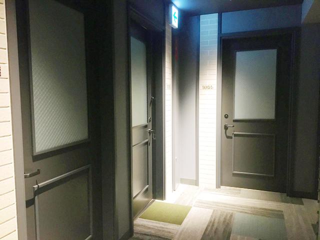 モクシー大阪新梅田,客室,ゲストルーム,廊下とドア,Moxy Osaka Shin Umeda,