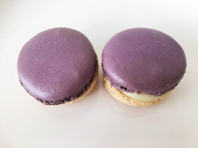 菫色のマカロンを2つ並べた状態,ピエール・エルメ・パリ,アンヴィ,Pierre Hermé,Envie,