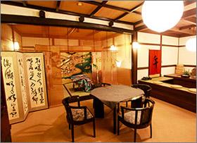 東観荘の店内のテーブルと椅子,京都円山,京都の料亭,とうかんそう,