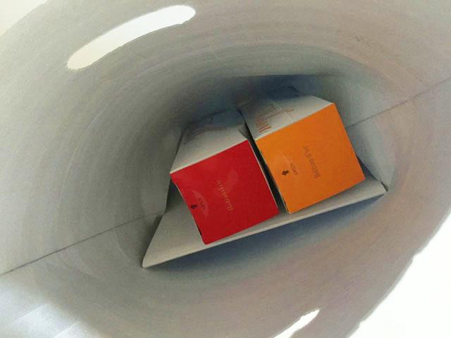 アルミ製の保冷用の袋の中にバトンドールクールが入っている様子
