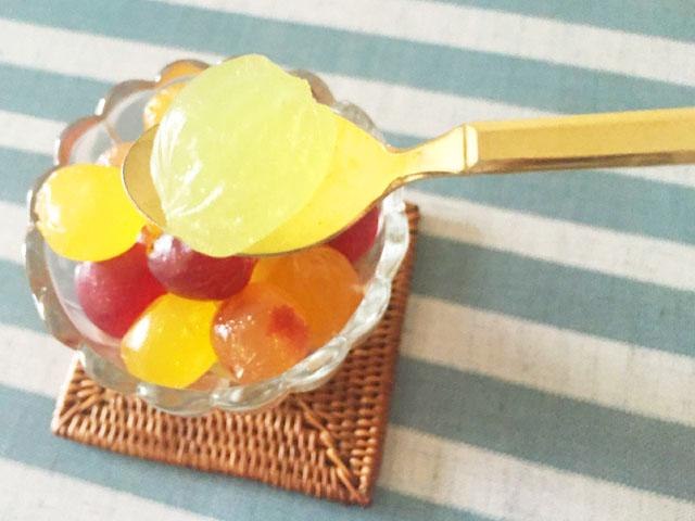 アイスのお皿に6種類のコロロを入れている中から1粒だけスプーンですくっている様子