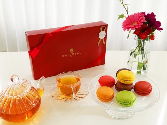 ダロワイヨの7種類のマカロンとお花と紅茶,